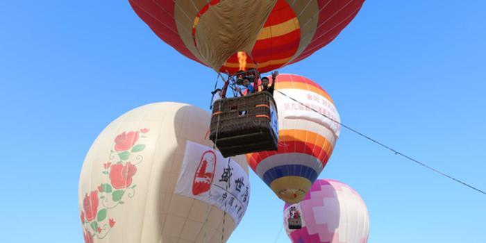 热气球联赛襄阳站火热进行 喷火巡游点燃节日天空