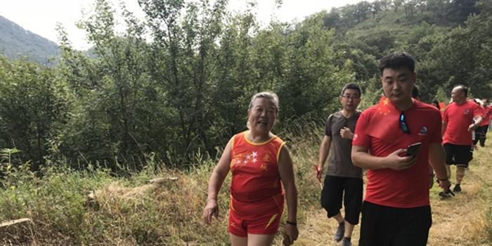 热情不减!六旬老人挑战山地马拉松赛