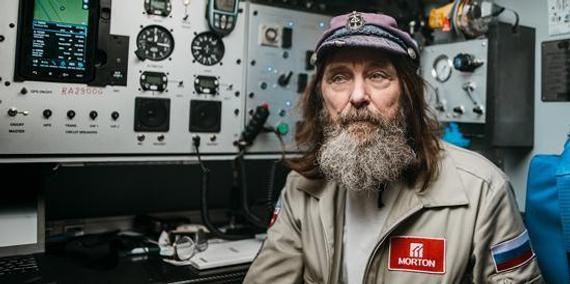 俄探险家单独乘热气球11天周游地球,破国际纪录。