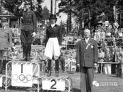 奥运马术首位女性骑手Lis Hartel参赛即获亚军