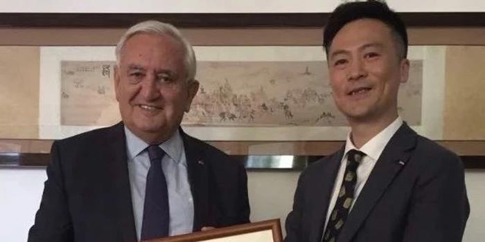 中国马术协会秘书长与法国前总理进行会谈