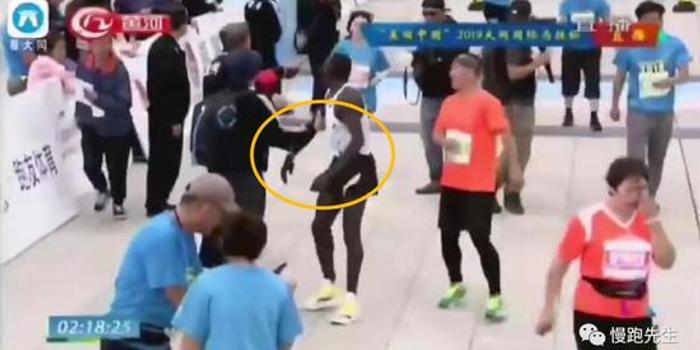 大同马拉松冲线后被拉拽 冠军选手很无奈!