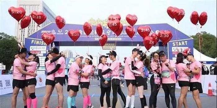 咸宁马拉松设置人体彩绘表演 跑友:辣眼睛