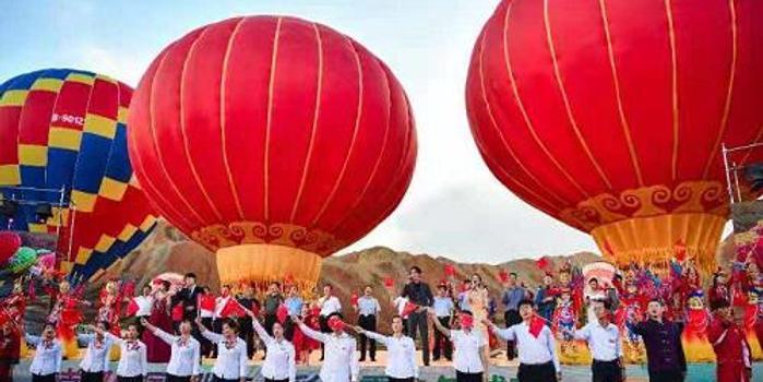 首届中国张掖七彩丹霞热气球节盛大启幕
