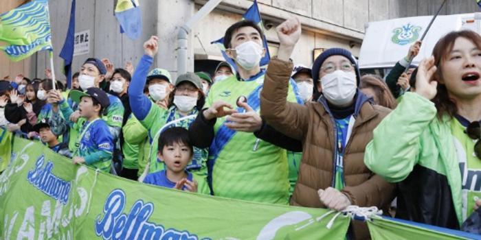 J联赛开幕15000人观战 现场呼吁戴口罩给消毒液