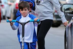 梅西儿子出街 最爱滑板车