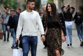 博里尼与妻子逛街十指紧扣