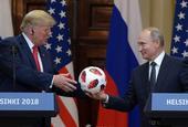 普京与特朗普会面 赠送世界杯足球