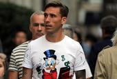 AC米兰球星比格利亚携家人逛街