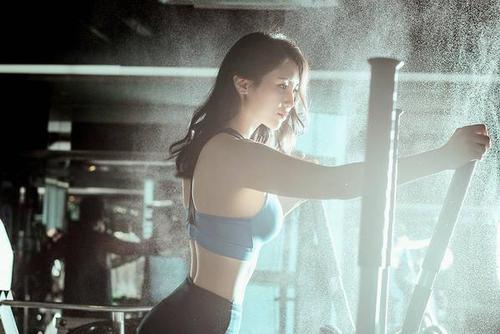 韩国高尔夫女将肤白貌美 美腿不逊南韩腿精