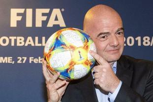 因凡蒂诺展示女足世界杯用球