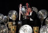 壮观!罗本里贝里展示拜仁生涯所有奖杯