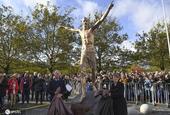 伊布雕像揭幕 比梅罗的强多了?