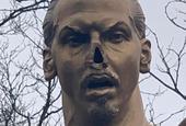 伊布雕像鼻子被锯掉脚指头也没了