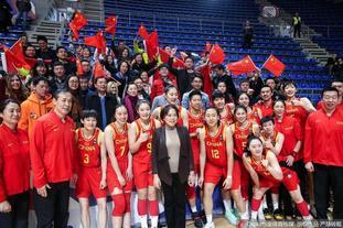 中国女篮赛后与球迷共同庆祝