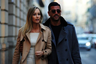 佩莱与女友瓦尔加现身米兰购物
