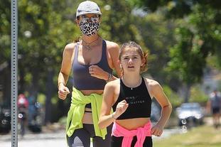 超模和女儿一起跑步健身
