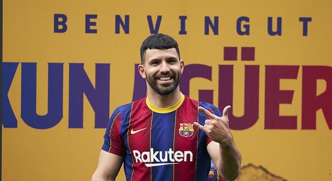 阿圭罗亮相诺坎普 正式与巴萨签约
