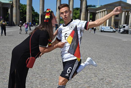 柏林勃兰登堡门前现基米希蜡像 引德国球迷驻足围观亲亲抱抱