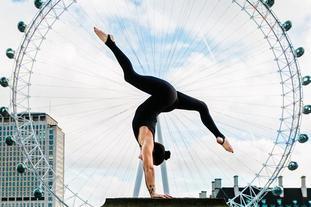 国际瑜伽日各地爱好者秀身材