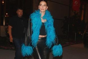 肯豆身穿孔雀藍鴕鳥毛飾出街