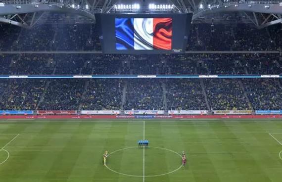 从法国巴黎南郊的巴黎十一大学到北郊的法兰西大球场,乘坐RER-B线50分钟才能到达。虽然不是当晚对阵双方法国队或德国队的球迷,李格飞还是在比赛前两个小时出了门。晃动的车厢里,李格飞盘算着能见到哪些球星,马夏尔、施奈德林和小猪(德国球员施魏因施泰格)。这个到法国留学一年多的厦门男孩默念着两队中效力于英超曼联队的球星,然后心满意足地随着大伙走向体育场。   当地时间11月14日,在2016欧预赛附加赛首回合瑞典队主场对阵丹麦队的比赛前,双方球员为巴黎死难者默哀。   经过严格得像机场安检一样的三