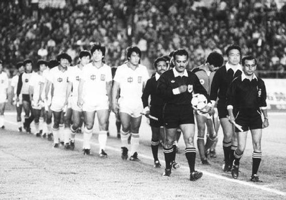30年前中国队与中国香港队并肩入场(资料图)