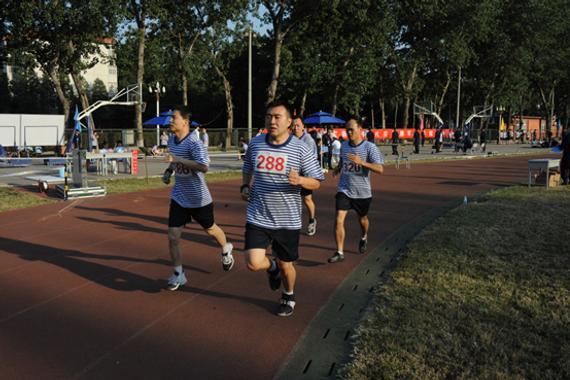 怎么防治跑步毁伤?军医有妙招,从防备到拉伸面面通。