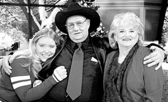 安德鲁・杰克逊・惠特克携妻子和外孙女领取巨额彩票奖金后合影