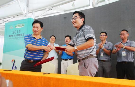 如歌高尔夫向塘厦初级中学捐赠两套高尔夫模拟器