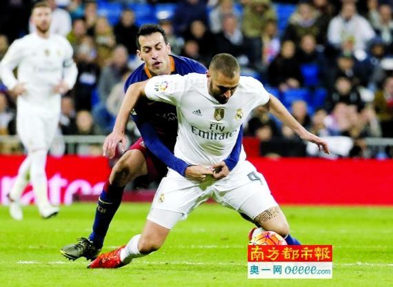 """西班牙""""国度德比"""",巴萨中场布斯克茨从后拦下皇马先锋本泽马。C FP图像"""