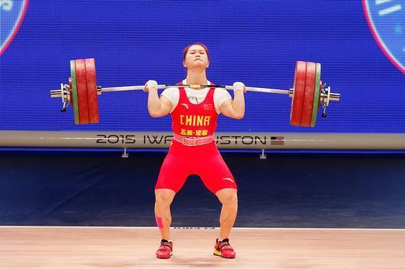世界最新记录女子63公斤级邓薇夺冠