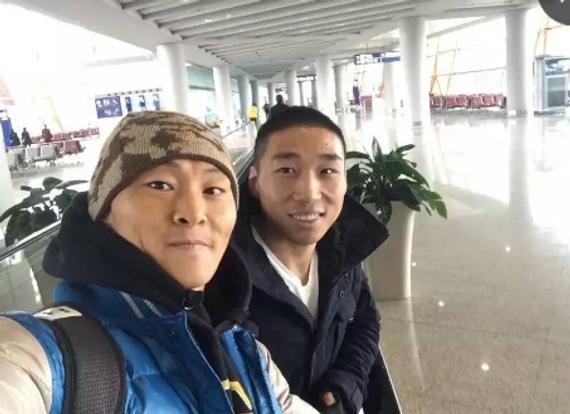 姚志奎和宁广友在北京机场出发时自拍