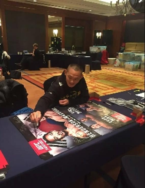 宁广友抵达首尔后参加赛前的签名海报活动