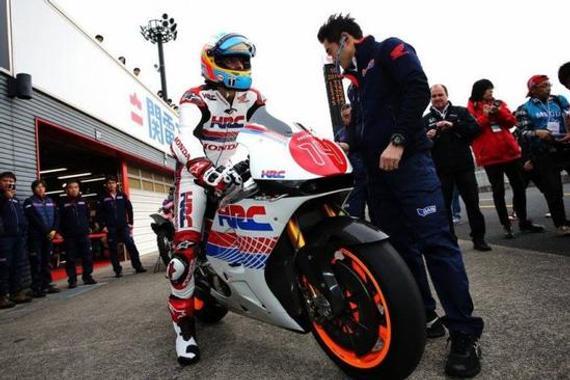 阿隆索测试了MotoGP比赛中的本田RC213V机车