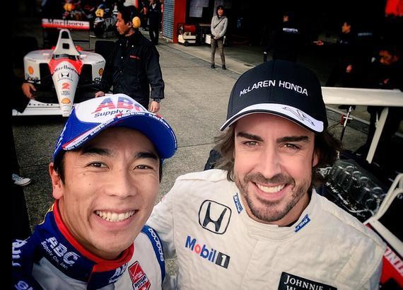 前F1车手佐藤琢磨与阿隆索亲热合影