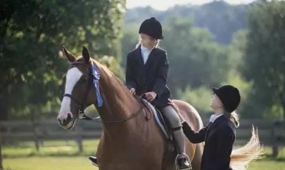青少年骑马
