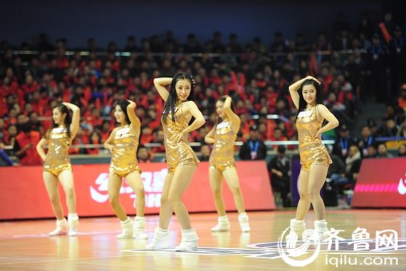篮球宝贝为山东高速男篮加油(图:来源齐鲁网)