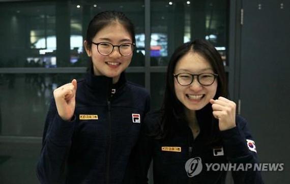 沈石溪(左)和崔敏静完毕上海站返国后在机场承受采访