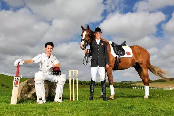 2009年夏,华天(右)和华明在英国索斯伯瑞原野上(Bob Martin摄)