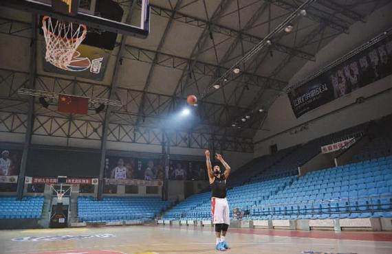 12月23日输给浙江队后,拉莫斯一小我在空荡荡的球馆里操练 新文明记者 郭亮/摄