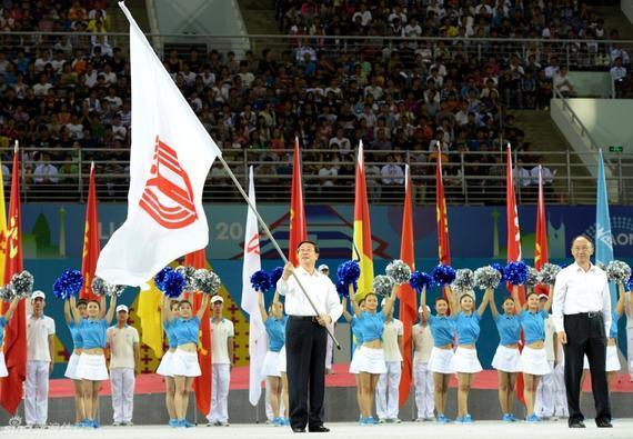 2013年辽宁全运会闭幕式上,天津市市长黄兴国接过全运会会旗