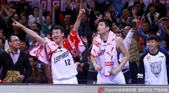 深圳男篮庆祝击败北京队