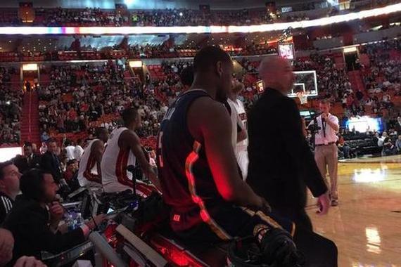 球员坐在漆黑的技术台