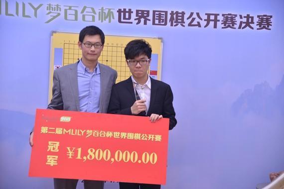 倪张根为夺冠的中国棋手柯洁颁发冠军奖金,奖金额高达180万元人民币