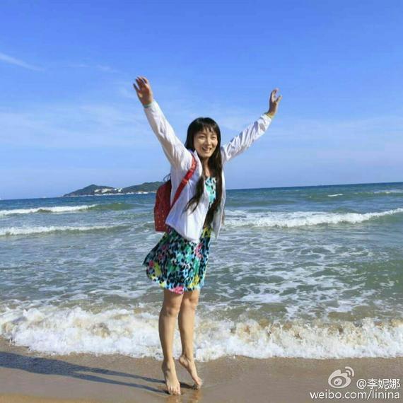 """""""雪上公主""""在微博中晒出一张在海边度假的照片,只见她""""罕见的""""穿上了"""