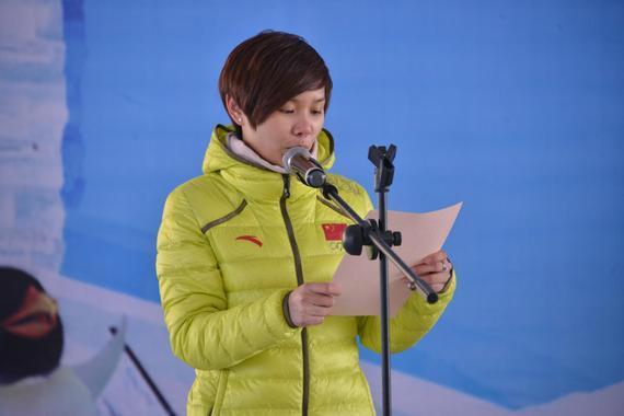 2014年索契冬奥会短道速滑冠军李坚柔宣读迎冬奥全民健身倡议书