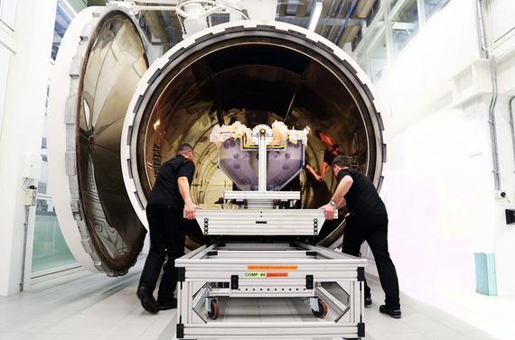 迈凯轮发布的在沃金总部研发新车的工作照