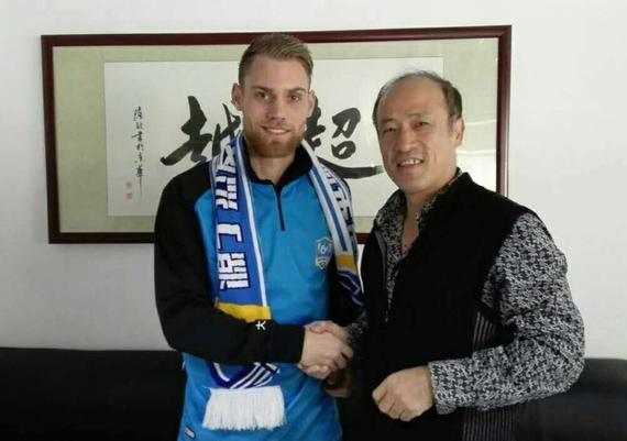 福尔曼与超越俱乐部总经理林乐丰握手