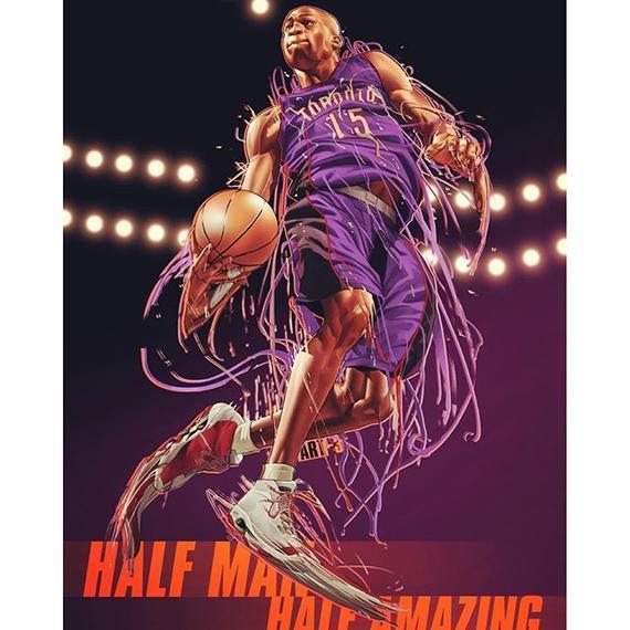 新浪体育讯  1998年的下半年是NBA的一个伟大的转折点,篮球之神迈克尔乔丹带着又一次三连冠的伟业挥手与篮球作别。神的离去带走了信仰,工会向联盟发难,劳资谈判愈演愈烈。动荡的联盟需要重新找寻到精神支柱。便士哈达威还是飞人师弟斯塔克豪斯?风头无两的格兰特希尔或者幼兽科比?究竟谁会是下一个Michael 呢?   翩翩少年之出世   这年的选秀给人们又多了一个选择,文斯卡特横空出世。猛龙用安托万贾米森和勇士互换得到了文斯卡特。卡特和很多为了生计而拼死加入联盟的球星不同,他的人生有太多的选择。风度翩翩